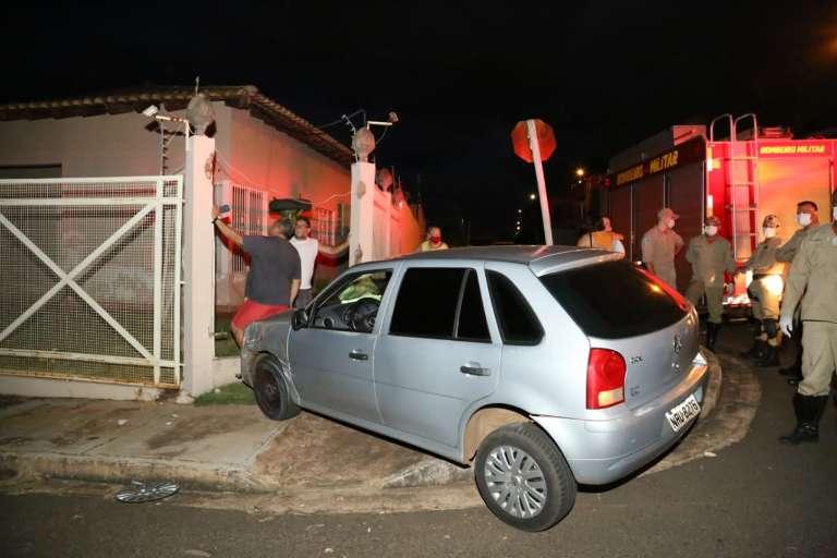Carro destrói grade de muro depois de colisão em esquina