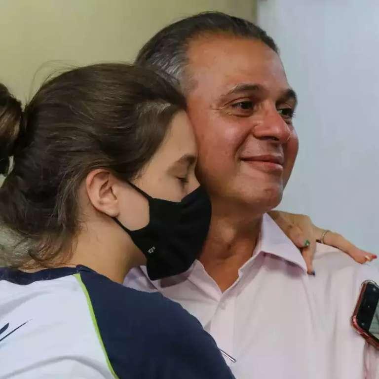 Amor fez filha oficializar padrasto como pai de surpresa em sobrenome